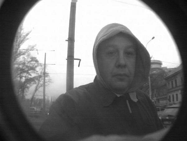 Tento muž se den po přepadení snažil vybrat peníze z bankomatu v ulici Havlíčkova a Na Hrázi