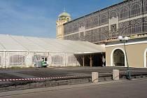 Pusto a prázdno. Takový je na konci září roku 2014 aktuální pohled na prostor, na kterém před ničivým požárem v roce 2008 stálo Levé křídlo Průmyslového paláce v areálu na holešovickém Výstavišti.