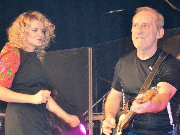 Kytaristu a zpěváka Františka Černého při koncertu kapely Čechomor vhodně doplňovala polská zpěvačka Basia Gasienica Giewont.