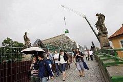 Na rozsáhlé opravy Karlova mostu nyní dohlíží inspekce ministra kultura. Zatím žádné pochybení nenalezla.