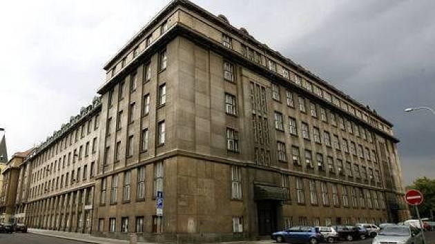 POLIKLINIKA KLIMENTSKÁ. Její současný majitel ji chce přeměnit na luxusní hotel. Lidé s tím nesouhlasí.