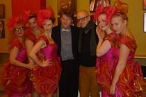 Pět družiček a dva muži... Pět ve stejných šatech má na Komorní Fidlovačce premiéru 19. prosince