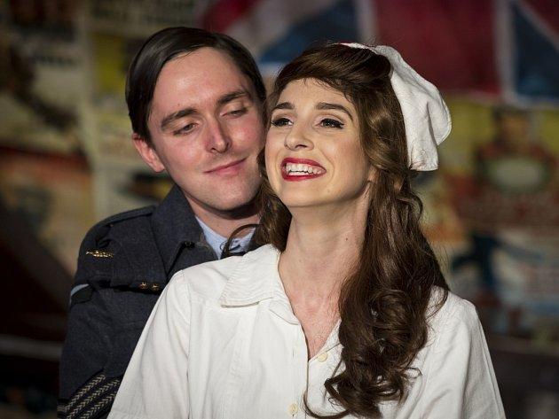 Ve hře Mnoho povyku pro nic, kterou nastudoval divadelní spolek Prague Shakespeare Company, hrají iamerická herečka Jessica Boone a český herec Karel Heřmánek mladší.