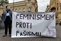 """Karnevalový průvod pod heslem """"Feminismus žije! Karnevalem proti fašismu"""" uspořádala 12. března v Praze Feministická společnost Univerzity Karlovy na protest proti rasové a genderové diskriminaci."""