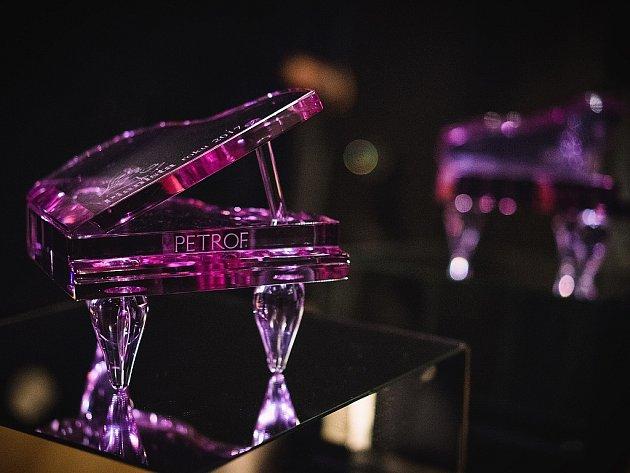 Trofej pro vítěze soutěže Pianista roku od uměleckého skláře Petra Kuchty.