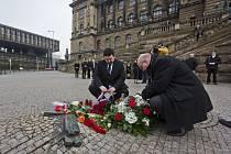 Ministr kultury Daniel Herman, generální ředitel Národního muzea Michal Lukeš a i ostatní lidé položili v pátek 16. ledna 2015 květiny k pomníku Jana Palacha na Václavském náměstí v Praze.