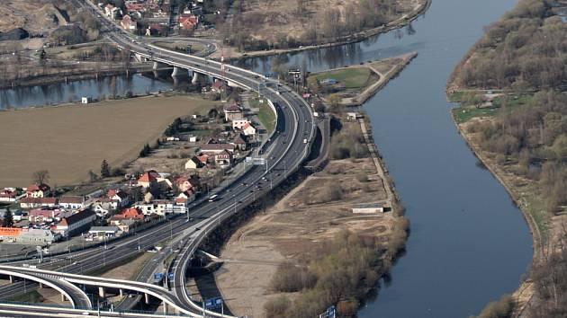 Na první úsek Pražského okruhu vyjela auta v roce 1983. Na snímku je část dosud nejdelšího otevřeného úseku v oblasti Radotína.