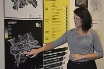 Eliška Bradová, projektová manažerka Institutu plánování a rozvoje hlavního města Prahy (IPR) a průvodkyně komentovanou prohlídkou výstavy ukázala nejhlučnější místa noční metropole.
