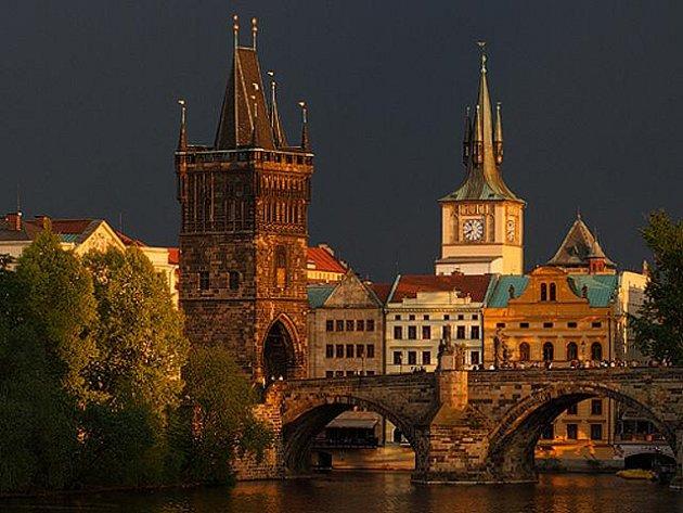 Staroměstská mostecká věž v Praze. Kdo někdy byl na Karlově mostě, nemohl ji minout. Stojí tu přes sváry historických osudů už od roku 1380.