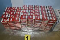 Celníci na ruzyňském letišti odhalili v příručním zavazadle třicetiletého cizince velké množství kartonů cigaret.