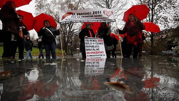 Občanské sdružení Rozkoš bez rizika uspořádalo 16. prosince u Hlavního nádraží pochod k uctění památky zabitých sexuálních pracovnic a pracovníků.