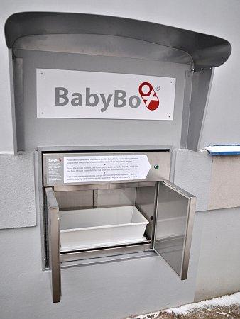 Babybox zvenčí. Zde je matka návodem informována opostupu vložení novorozence do takzvané schránky pro nechtěné děti.