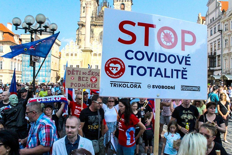 Demonstrace na Staroměstském náměstí za návrat do škol bez omezení.