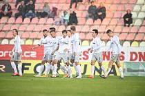 Fotbalisté Sparty slaví gól v utkání v Příbrami.