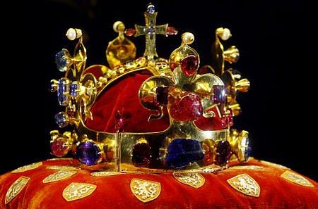 Svatováclavská koruna. Korunu nechal v roce 1346 zhotovit Karel IV. pro svou korunovaci českým králem. V letech 1374 až 1378 byla doplňována o drahé kameny, které Karel IV. získal. Od té doby zústala beze změn.