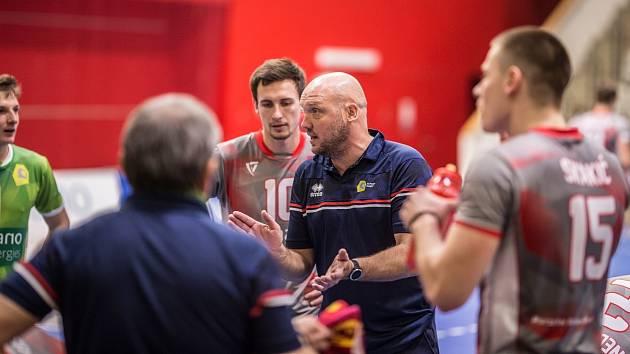 Trenér Lvů Tomáš Pomr během porady.