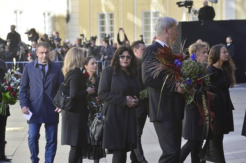 Ve svatovítské katedrále se koná zádušní mše za Karla Gotta, kam mohou jen pozvaní hosté. Ilona Csáková, ministr Vladimír Kremlík, v pozadí Michaela Kuklová