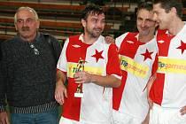 Slávista František Koubek s trofejí pro nejlepšího střelce.