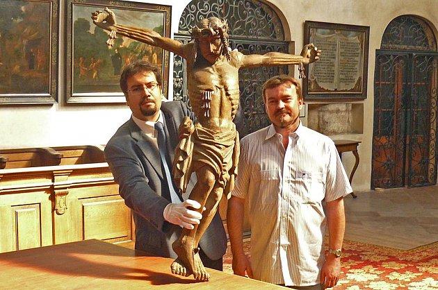 ZNOVUNALEZENÝ KRISTUS. Socha odpočívala zabalená v hadru pod hromadou starých židlí, po třiceti letech ji nalezl správce paláce František Mlčoch (vpravo).