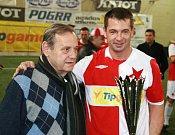 Pavel Kuka přebíral pohár pro vítěze turnaje.