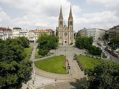 NÁMĚSTÍ MÍRU. Jeho dominantu tvoří kostel svaté Ludmily.