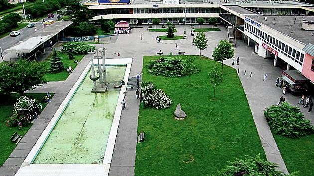 Dnes je dominantou náměstí na sídlišti Novodvorská fontána Dálky od Jřího Nováka. To by se ale mělo změnit. Nuselská radnice chce náměstí nově upravit a fontánu odstranit.