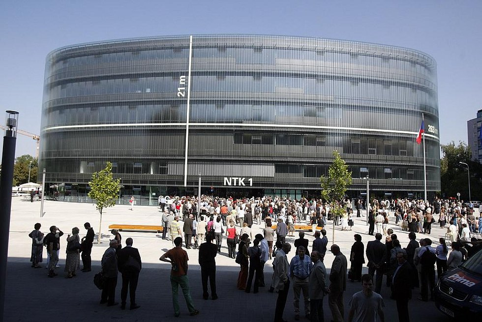09-09-09. Datum, kdy se slavnostně otevřela Národní technická knihovna. (Pohled zvenčí)