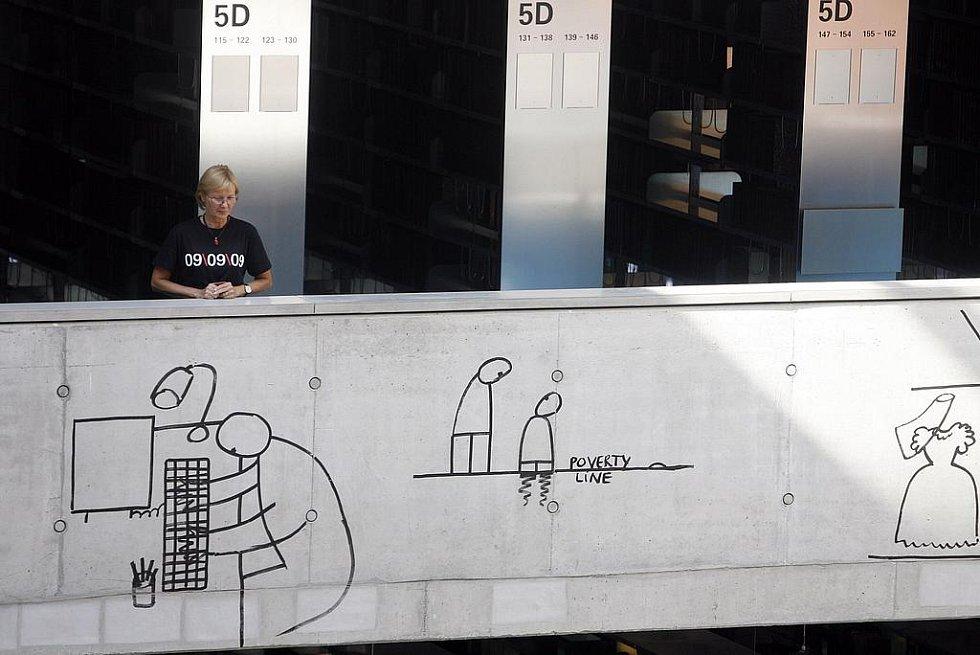 09-09-09. Prostor atria vypadá jako obrovský skicák, v němž malíř  Dan Perjovschi angažovaným, apelativním i humorným způsobem komentuje společensko-politická témata.