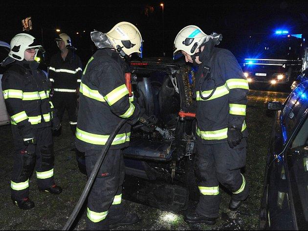 Požár automobilu vChoceradské ulici.