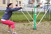 """Při cvičení na fitness strojích dává trenérka Pavla Mikšová důraz na protažení a zlepšení ohebnosti. """"Pokud má ale senior jakýkoli zdravotní problém, samozřejmě mu cvičení uzpůsobím na míru."""""""