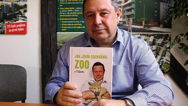 Pražský developer a biolog Evžen Korec se svou knihou Jak jsem zachránil ZOO v Táboře.