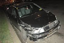 Dopravní policisté pátrají po neznámém muži, který svoji bezohlednou jízdou způsobil v Koněvově ulici v Praze škodu 250 tisíc korun na pěti zaparkovaných autech. Navíc řídil ukradené vozidlo Škoda Octavia.