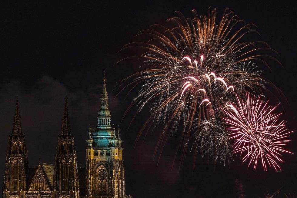 Nebe nad centrem Prahy rozzářil večer 1. ledna Novoroční ohňostroj.