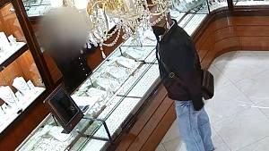 Policisté pátrají po dvou mužích, kteří odcizili ze zlatnictví na Václavském náměstí zlatý řetízek v hodnotě osmdesáti tisíc korun.