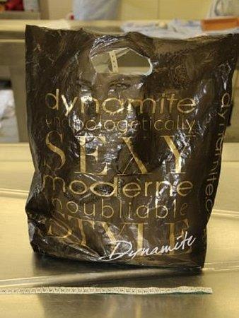 Mrtvý novorozenec byl zabalený do igelitové tašky soznačením firmy Dynamite, která není na českém trhu kdostání.