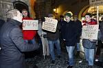 Před restaurací UZlaté konvice na Staroměstském náměstí v Praze se sešlo pět desítek odborářů pražského dopravního podniku.