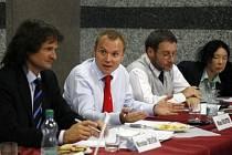 Podle radního pro oblast kultury Milana Richtera (druhý zleva) si město nemůže dovolit dlouhodové zatížení rozpočtu poskytnutím peněz na víceleté granty.