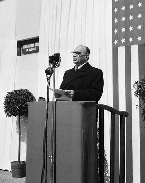 Bývalý pražský primátor a náměstek předsedy vlády Petr Zenkl při slavnostním projevu u příležitosti přejmenování Bučkovy ulice na Rooseveltovu v Praze Bubenči. 14. dubna 1947.