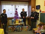 Policisté z druhého oddělení Speciální pořádkové jednotky pražské policie obdarovali děti na dětské ortopedii nemocnice na Bulovce