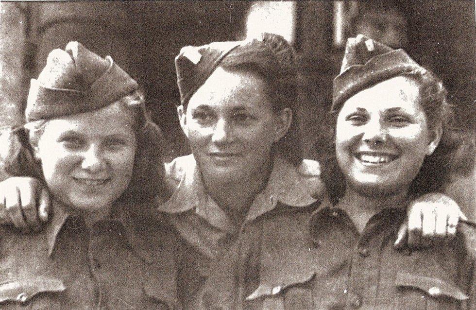 Zleva Věra Biněvská-Golubeva, Jarmila Kaplanová-Habrštátová, Syvie Laštovičková-Abrosimova. Praha, květen 1945.