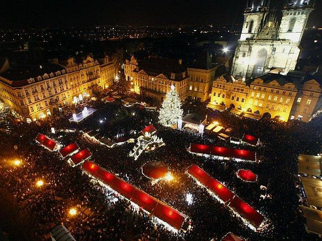 27. listopadu byl přesně deset minut po sedmnácté hodině slavnostně rozsvícen vánoční strom na Staroměstském náměstí v Praze.