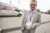 """BÉM nebyl jeho šálek čaje. Současného primátora Bohuslava Svobodu naopak Benda chválí. """"Vykonává funkci bez toho, aby se někde předváděl a důležitě předjížděl lidi na ulici v taxíku,"""" říká."""