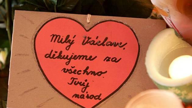 Češi se v pondělí loučí s Václavem Havlem na Národní třídě v Praze.