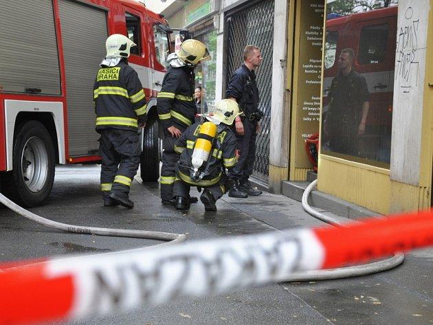 Loupež v nehtovém studiu v Ječné ulici v centru Prahy, jejíž pachatel založil před odchodem požár, zaměstnala v pondělí po ránu nejen policisty, ale také hasiče a zdravotnické záchranáře.