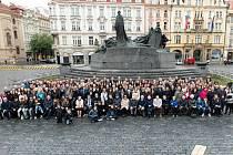 Květen 2019. Fotografii si v neděli zopakovaly převážně děti, vnoučata a pravnoučata lidí z poválečné fotografie. Na focení do Prahy se dostavilo i šest aktérů původního snímku.