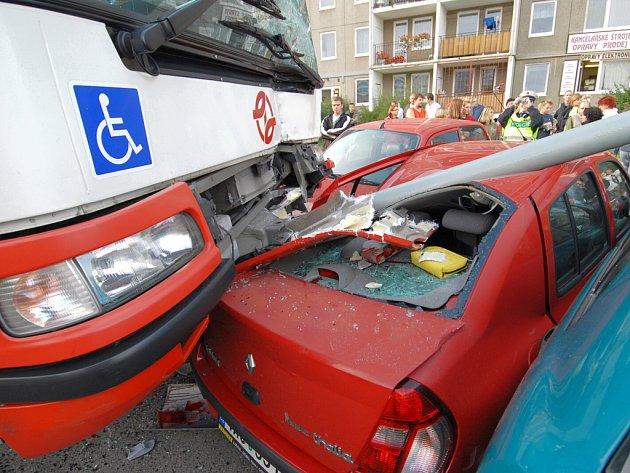 KOLAPS ZA VOLANTEM. Řidič linkového autobusu porazil sloup veřejného osvětlení a najel na zaparkovaná auta.