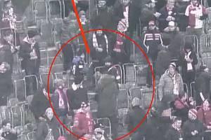 Při utkání Ligy mistrů mezi Dortmundem a Slavií došlo v sektoru slávistů k incidentu. Policie hledá útočníka, oběť i svědky.