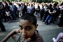 Na pražském Karlínském náměstí a na dalších místech v republice proteslovali 3. května Romové proti stupňující agresi ze strany pravicových radikálů.