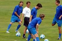 Trenér Günter Bittengel s úsměvem dohlíží na řádné protažení hráčů na prvním tréninku fotbalistů Dukly před fotbalovou sezonou.