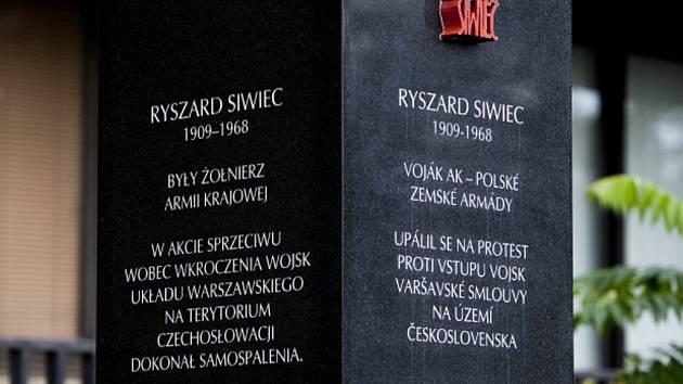 Monument připomínající sebeupálení Poláka Ryszarda Siwiece.
